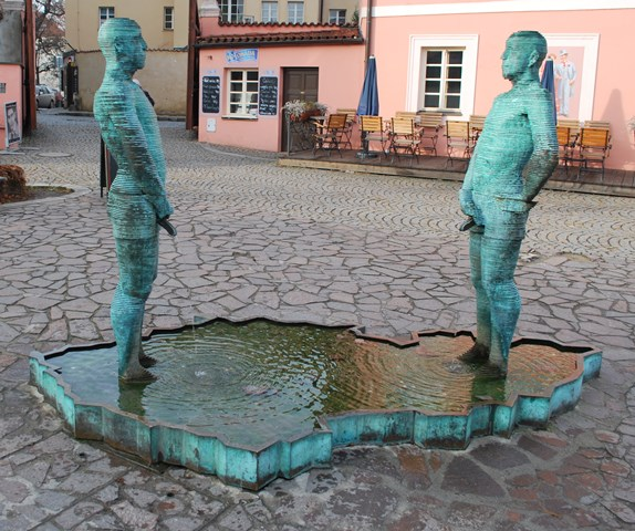 Prague_TwoMenPeeingStatue_640x480